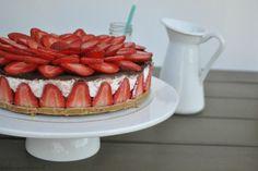 Aardbeien + kwark + chocola = gouden combi! Dus allemaal deze heerlijke aardbeienkwarktaart met chocolade maken! Klik op de bron voor het recept, of kijk op liefdevoorbakken.nl