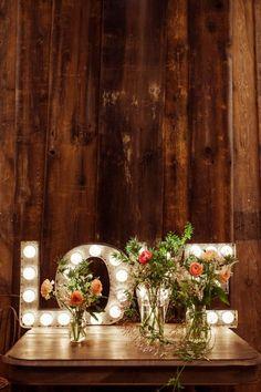 Letreiros luminosos para conferir um toque teatral à decoração do casamento à noite ou em ambiente fechado. Se você curte tanto quanto eu, precisa ver esse post agora! wedding decor, letreiros, luzinhas, marquee lights, decoracao de casamento J. Crew | Wedding EventPhoto by Bryan Derballa