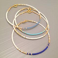 Délicat Bracelet fin, demoiselle dhonneur Bracelets, Bracelet quelque chose de bleu  Cette liste est pour un remplissage or perles Bracelet. Bracelet est fait dun perles Miyuki Delica, finis avec un or fermoirs enfumées. Or rempli le niveau suivant et est une alternative de qualité incroyable, à lor massif. Placage à lor est le plus faible niveau, ces éléments ont tendance à ternir et peut souvent tourner la peau verte. Or rempli est une véritable couche dor-pression liée à un autre métal…