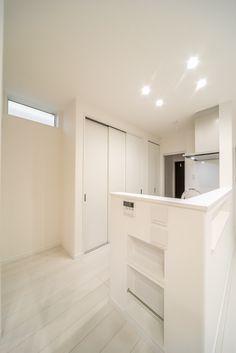 キッチン横。下のニッチはマガジンラックです。上のニッチは携帯を置いて充電できるようにニッチの内にコンセントを設けています。