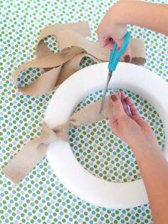How to Make a Rainbow Paper Wreath Easy Burlap Wreath, Burlap Wreath Tutorial, Fabric Wreath, Burlap Crafts, Burlap Fabric, Burlap Ribbon, Wreath Crafts, Wreath Ideas, Diy Yarn Ornaments