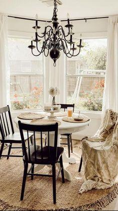 Vintage Farmhouse, Farmhouse Style, Farmhouse Decor, Round Rugs, White Patterns, Retro, Cottage Style, Dining Table, Dining Room