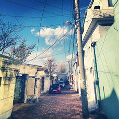 .@gyeongmina | #Sky #가을 #하늘 #골목길 #친구집 가는길 | Webstagram