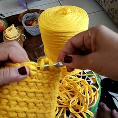 How to knit yellow basket stitch video tutorial Diy Crochet Basket, Knit Basket, Crochet Diy, Basket Bag, Crochet Abbreviations, Crochet Stitches, Crochet Patterns, Crochet T Shirts, Diy Bags Purses