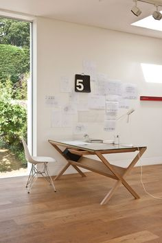 Do you have to establish an effective home office on a budget? Check out these economical pointers for home office furniture ideas - consisting of workdesks, chairs as well as storage. Home Desk, Home Office Desks, Home Office Furniture, Office Table, Office Workspace, Table Desk, Minimal Desk, Desk Layout, Simple Desk