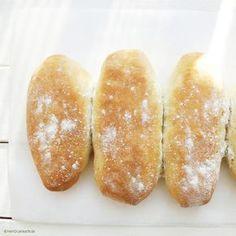 Hotdog-Brötchen sollten schön weich und frisch sein. Am besten backt man sie selber. Das ist eigentlich ganz einfach und braucht gar nicht so viel Zeit. Ich h