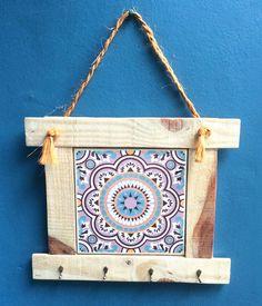 Belíssima peça útil e decorativa que utiliza também madeira reciclada e um exclusivo azulejo decorado.
