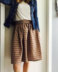 La jupe midi en coton façon wax ( tuto) Bobines et Chocolat Trendy Fashion, Spring Fashion, Girl Fashion, Fashion Outfits, Spring Dresses, Spring Outfits, Clubbing Outfits, Diy Vetement, Spring Couture