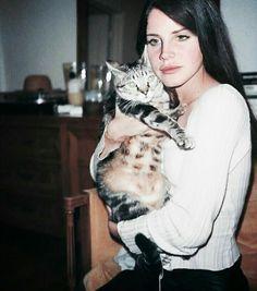 Lana&gatito #LDR#cats#makeup Lana Del Rey holding a cat