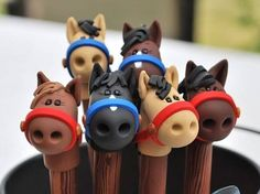 Polymer Clay Stick Horse Pen by handmademom on Etsy Polymer Clay Pens, Polymer Clay Animals, Polymer Clay Charms, Polymer Clay Projects, Polymer Clay Creations, Clay Crafts, Horse Pens, Pen Toppers, Jumping Clay