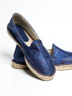 Alpargatas de seda italiana en estampado paisley azulón. Este clásico y estiloso calzado masculino se reconvierte en un must have en moda para hombre gracias a la aplicación de la seda como tejido combinado con el esparto de la suela para poder ser usado a todas horas. www.soloio.com  #shoponline   #menfashion #menstyle #menshoes #mocasín #turquesa #turquoise#burgundy #blue #red #paisley #silk #alpargatas #espadrilles #madeinspain