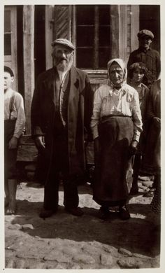 Miriam Sara and her husband Avraham Michalowski stand in front of their home.   The Michalowskis were butchers in Eisiskes.  They were murdered by the Germans in the September 1941 mass killing action in Eisiskes.