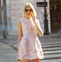 Lena Perminova, cute pink roses. <3