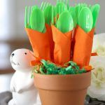 The Cutest Carrot Napkins! - The Cutest Carrot Napkins! Carrot Napkin Utensils – DIY bushel of carrots for Easter utensils! Green utensils wrapped in an orange napkin to look like carrots. Hoppy Easter, Easter Bunny, Easter Eggs, Easter Food, Easter Stuff, Easter Table, Easter Party, Easter Buffet, Bunny Party