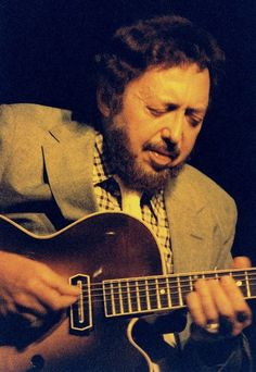 Barney Kessel (October 1923 – May was an American jazz guitarist… Jazz Guitar, Music Guitar, Playing Guitar, Jazz Artists, Jazz Musicians, Smooth Jazz, Music Love, New Music, Contemporary Jazz
