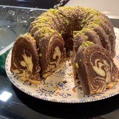 """Instagram'da Nermin Yazılıtaş: """"iyi akşamlar herkese 🥰çikolata sevenler için çayınızın yanına harika bir çikolatalı kek tarifi veriyorum. . . . sola kaydırarak yapılışını…"""" Doughnut, Muffin, Breakfast, Desserts, Instagram, Food, Morning Coffee, Tailgate Desserts, Deserts"""