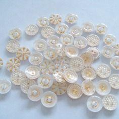 50 boutons acryliqueronds blanc et or divers dessin mercerie couture
