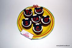 Mini Torta di Cupcake: con cupcake decorati con sagoma topolino, nome personalizzato e vassoio decorato