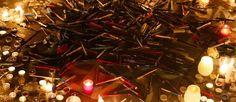 """À Paris, des bougies allumées en hommage aux victimes de la tuerie de """"Charlie Hebdo""""."""