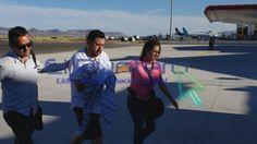 Video: Tratando de ocultar las esposas, arriba al aeropuerto de Chihuahua el detenido Antonio Tarín García para ser puesto a disposición del juez por un delito de peculado