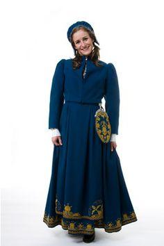 Romerike - Romeriksbunad L40 Ytterplagg: Kort jakke i same farge som bunaden eller lang cape; capen er svart til raud bunad og same farge som bunaden på dei andre alternativa.