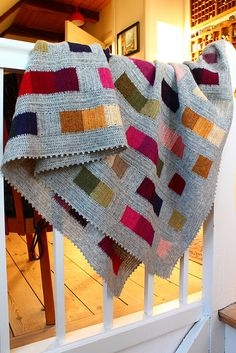 This modern crochet granny stitch blanket free pattern and tutorial is super easy. The tassels make it perfect for a baby nursery or a grown up couch! Crochet Squares, Crochet Granny, Knit Or Crochet, Crochet Blanket Patterns, Knitting Patterns, Afghan Patterns, Crotchet, Granny Granny, Crochet Cushions
