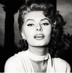 Sophia Loren on the set of La Fortuna do essere Donna, 1955 Hollywood Icons, Old Hollywood Glamour, Golden Age Of Hollywood, Vintage Hollywood, Classic Hollywood, Hollywood Lashes, Loren Sofia, Sophia Loren Makeup, Divas