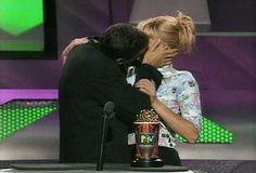 Pin for Later: Revivez en images les meilleurs baisers de cinéma récompensés aux MTV Movie Awards ! Natasha Henstridge et Anthony Guidera, 1996 Ils n'ont pas eu peur de s'embrasser à nouveau et devant tout le monde en acceptant leur prix ! Source: MTV