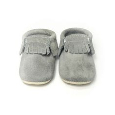 Koala is a grey suede. Minimoc Moccasins have been designed with an elastic at the opening that allows for an easy, slip-on fit, yet keep the shoes on the feet of even the most enthusiastic 'kicker'. The soft-soled bottoms of the shoes are suede which ma… Little Fashion, Boy Fashion, Babies Fashion, Kairo, Baby Moccasins, Kids Outfits, Baby Shoes, Footwear, Shoe Bag