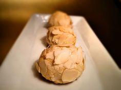 Knusprige  Marzipan-Schlemmerei - 200g Marzipanrohmasse, 1 Ei (Weiß im Teig, Gelb + 1 Teel. Wasser für Glasur), 3 Esslöffel Mehl, 1 Teel. Backpulver, 1 Prise Salz, 50g Mandel - 150°C, 15Minuten