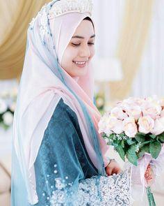 Beautiful bride ……… photo by fkzpictures Muslimah Wedding Dress, Pakistani Wedding Dresses, Designer Wedding Dresses, Bridal Hijab, Hijab Bride, Beautiful Hijab, Beautiful Bride, Muslim Brides, Muslim Couples