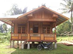 The bahay kubo we used to know have also undergone some changes. Find out how the modern bahay kubo differ from its traditional counterparts. Wooden House Plans, Wooden House Design, Bamboo House Design, Tropical House Design, Small Wooden House, Simple House Design, Rest House Philippines, Bahay Kubo Design Philippines, Modern Filipino House