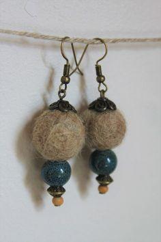 Boule de feutre en laine fait main formant une paire de boucle d'oreille aux couleurs du sable et de la mer