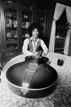 Robert Whitman was asked to take some promotional pictures of an unknown Minneapolis musician, Prince Rogers Nelson. They ended up being the first documents of one of pop music's true geniuses Rare Photos, Vintage Photographs, Old Photos, Trevor Jackson, Canon 80d, Spin Doctors, Photos Of Prince, Intimate Photos, Young Prince