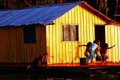 Crianças brincam em uma pequena comunidade ribeirinha na beira do Rio Amazonas.  AM, 20/09/08. FOTO ANDRÉ LESSA/AE