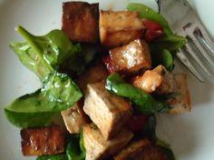 Come sostituire le proteine della carne -  A patto che il nostro palato sia abituato, possiamo ricorrere al tofu. Si tratta di un formaggio derivato dal caglio del latte di soia. E' ipocalorico e quindi fa ingrassare di meno rispetto al formaggio tradizionale. Il tofu è ricco di proteine vegetali, vitamine e ferro. Teniamo presente che 100 grammi di tofu contengono circa 80 calorie. Non vi è la presenza di colesterolo e di grassi saturi.