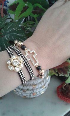 Conjunto lindo cruz dourada e pulseira de 2 voltas com flor dourada de brilhantes