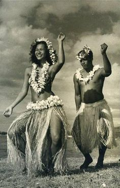 Couple de danseurs, carte photo, Studio Mackenzie, vers 1950. via http://www.facebook.com/vahineitaria #oritahiti