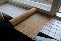 Pitkä pöytäkaitaliina tms. tehty ikkunaverhosta.