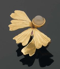 Elizabeth Gu Defner ring |  Gold ring, ruby and moonstone. Signed and dated 1973