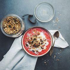 Raspberry chia smoothie breakfast bowl / ph: Madeline Lu