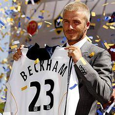 En 2007, David #Beckham tente l'expérience américaine. A la surprise générale et surtout, à la demande de sa femme, l'ancien joueur de #ManchesterUnited rejoint #LosAngelesGalaxy. Son contrat porte sur 5 ans et 5,5 millions de $ par an.