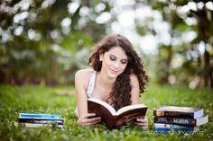 Senior Portrait / Photo / Picture Idea - Girls - Books - Reading