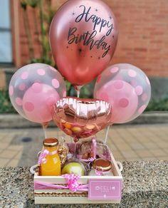 Diy Birthday Box, Cute Birthday Gift, Friend Birthday Gifts, Creative Gift Baskets, Creative Gifts, Corporate Gift Baskets, Birthday Balloon Decorations, Birthday Activities, Balloon Gift