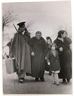 Refugees leaving, Teruel, Aragón front, 1937-38//Robert Capa