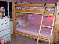 simple wooden bunk beds for girls rooms with charming white chest of drawer and pink colour - Hausgemachte Etagenbetten Bilder