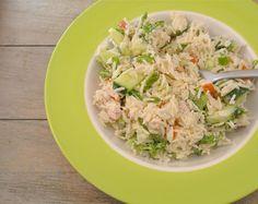 Een gezonde rijstsalade met gerookte kip, komkommer en crème fraiche.