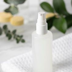 Ideal for beginners, this simple oil cleanser recipe requires only 2 ingredients. Yes, only Learn how to make this natural homemade makeup remover for your oil cleansing routine. Plus, learn about the benefits of oil cleansing for acn Oil Cleansing For Acne, Oil Cleansing Method, Homemade Makeup Remover, Natural Makeup Remover, Oil Makeup Remover, Diy Oil Cleanser, Facial Cleanser, Natural Beauty Recipes, 2 Ingredients