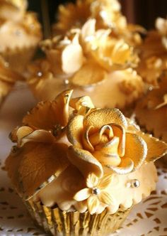 Gold cupcakes for a gold wedding Gold Cupcakes, Flowers Cupcakes, Pretty Cupcakes, Beautiful Cupcakes, Yummy Cupcakes, Elegant Cupcakes, Valentine Cupcakes, Wedding Cupcakes, Decorated Cupcakes