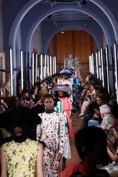 In London werden Modeschauen für die Öffentlichkeit zugänglich Fashion Weeks, Londoner Mode, Mercedes Benz, Streetwear, Topshop, Louis Vuitton, Influencer, High Fashion, Beauty
